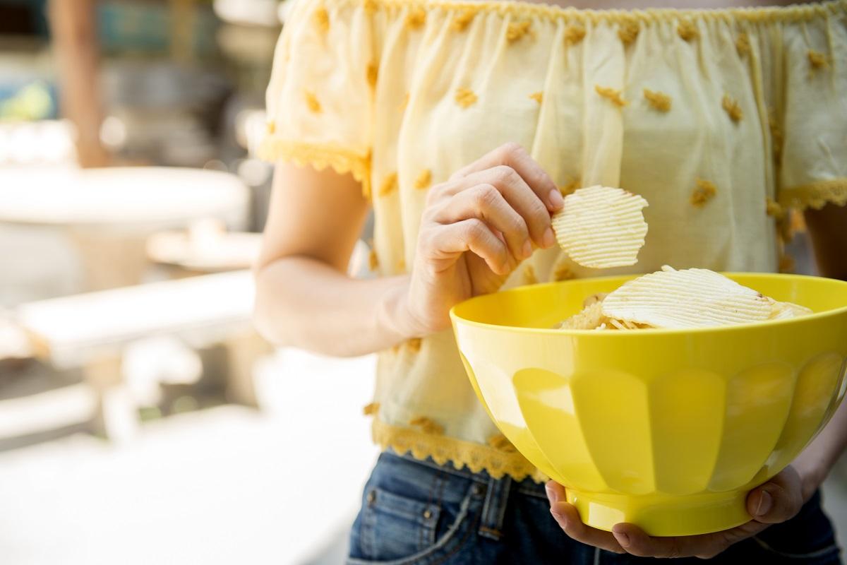 Chipset evő sárga ruhás lány