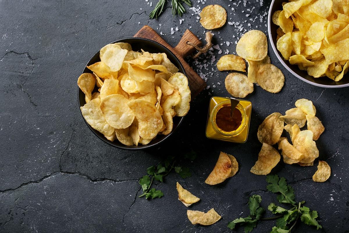 Chips egy tálban felülnézetből