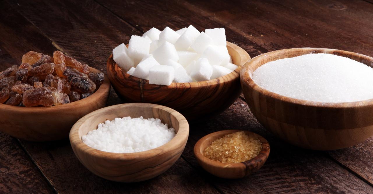 Különböző cukorfajták tányérokban
