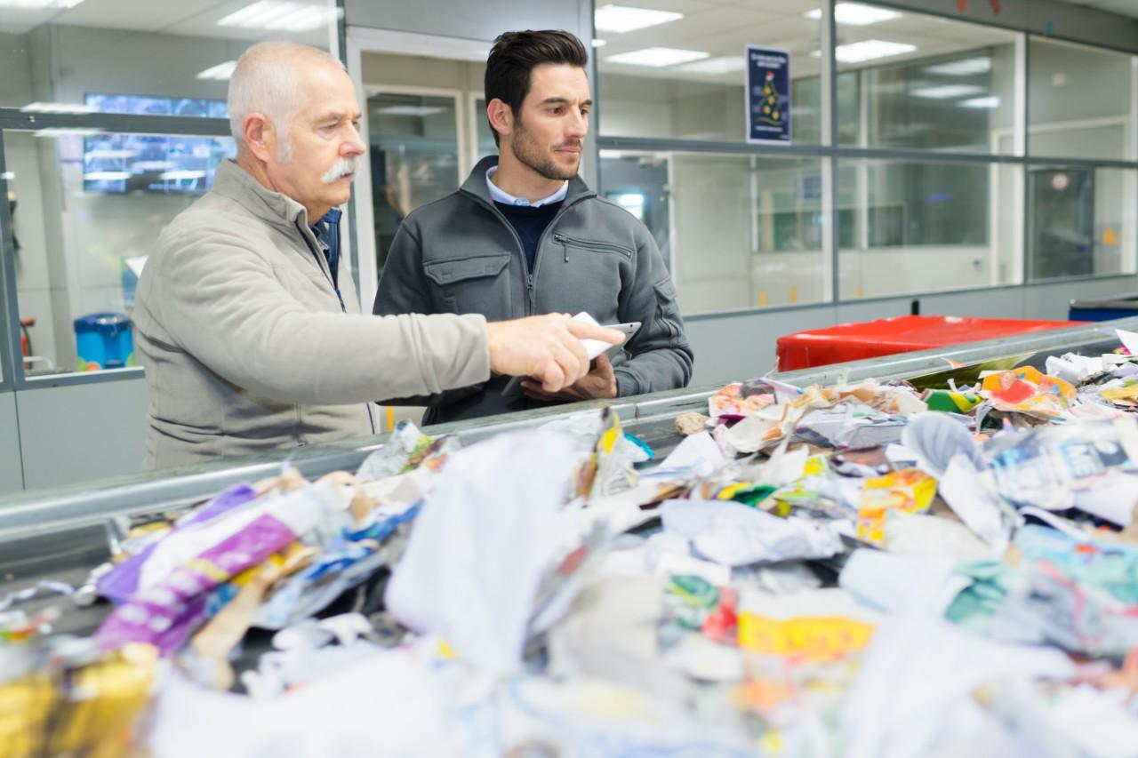 Munkások dolgoznak műanyagfeldolgozó üzemben