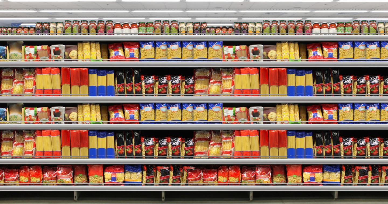 Csomagolt tészták egy szupermarket polcain