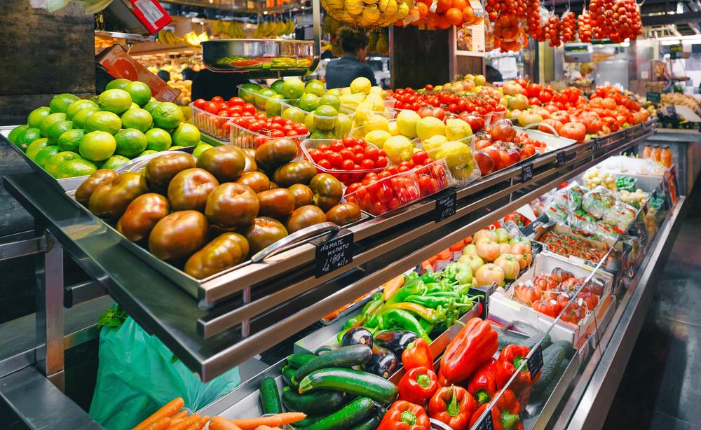 Zöldség és gyümölcs a bolti kirakatban
